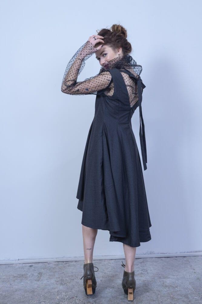 Tmavě šedivé šaty s výšivkami